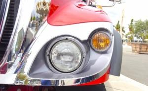 赤い車のヘッドライト
